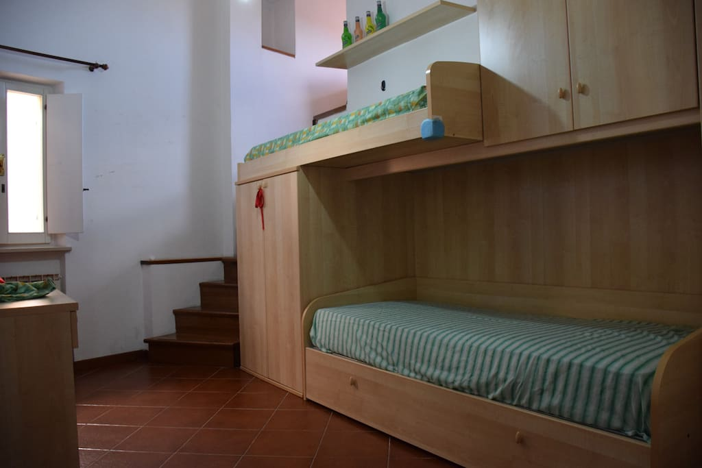 camera con letto a castello + altro lettino