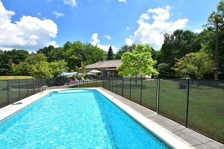 Detached holiday home in the Dordogne with spacious terrace and private pool