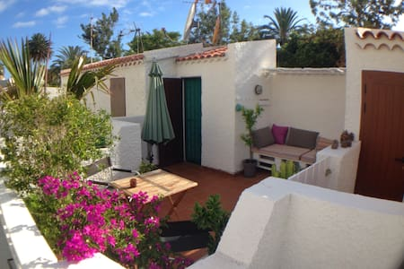 Bungalow with roof terrace - 200 mtrs to the beach - Huis