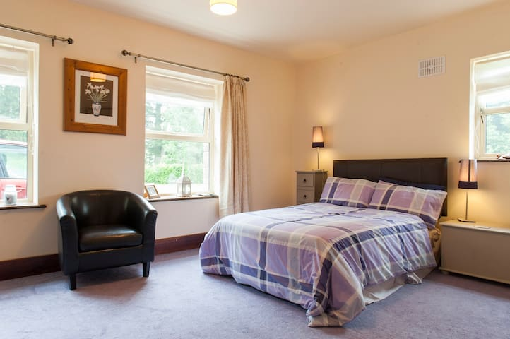 Perfect location to explore Meath, triple room - Kilmessan - Huis