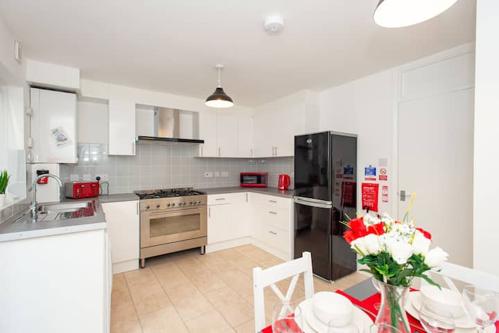 Immaculate 4 beds house 12 mn walk to Excel
