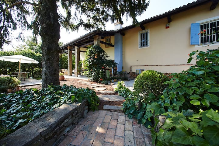 Cozy double room in cascina: garden, deck, view! - Calamandrana - Bed & Breakfast