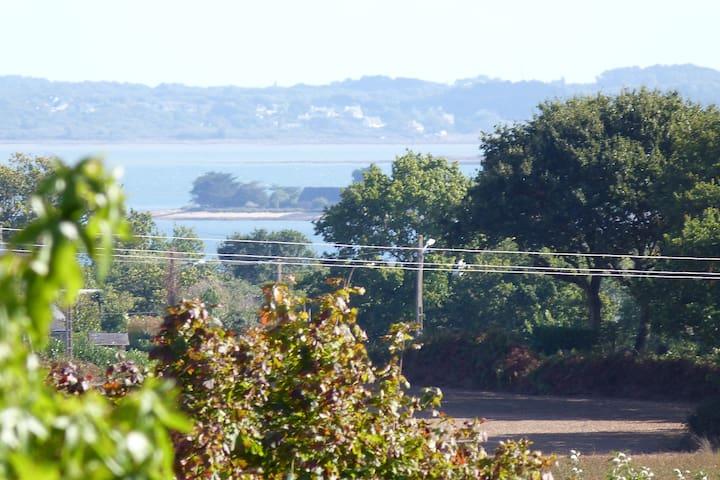Le golfe à 2 pas de nos gîtes (ici une vue zoomée depuis la propriété, plage à 1,5km)