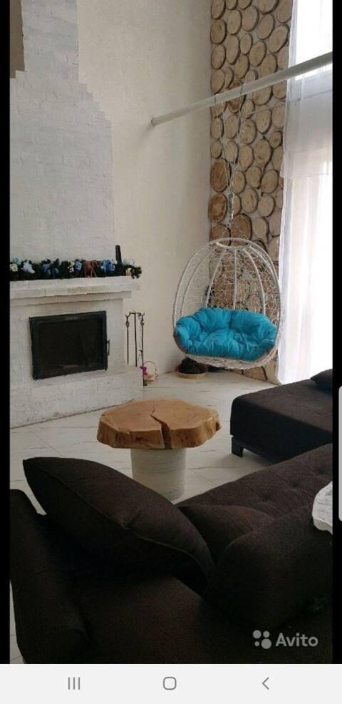 Уютный двухэтажный дом с камином