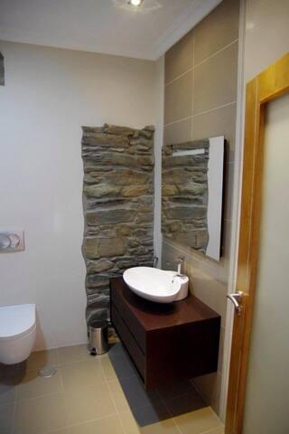 Quarto com terraça / Salle de bain avec baignoire/ quarto com uma casa de banho