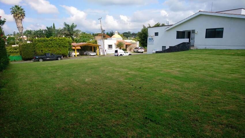 Casa fin de semana. Amplio jardín alberca privada