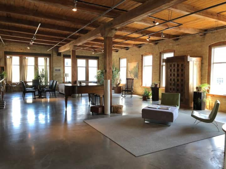Spacious Luxury Loft, Pamper That Special Person
