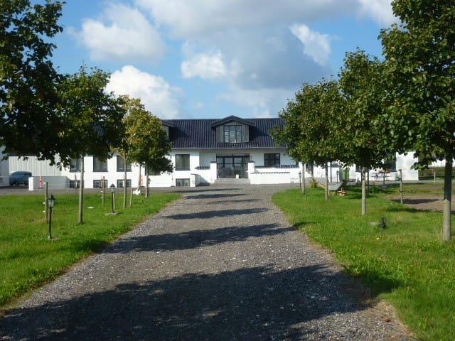 Moderne/hyggelig villa på bondegård - Harlev J - Villa