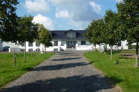 Moderne/hyggelig villa på bondegård - Harlev J