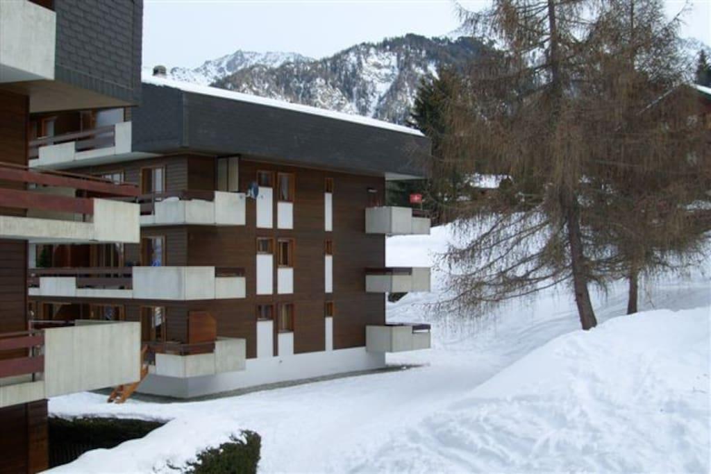 Zijaanzicht appartementen-gebouw / hoekbalkon rechts-onder.