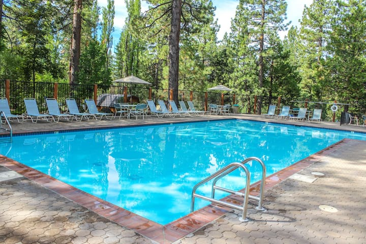 Premium Cleaned | Comfortable condo w/ projector, gas fireplace, and pool access. Close to skiing!
