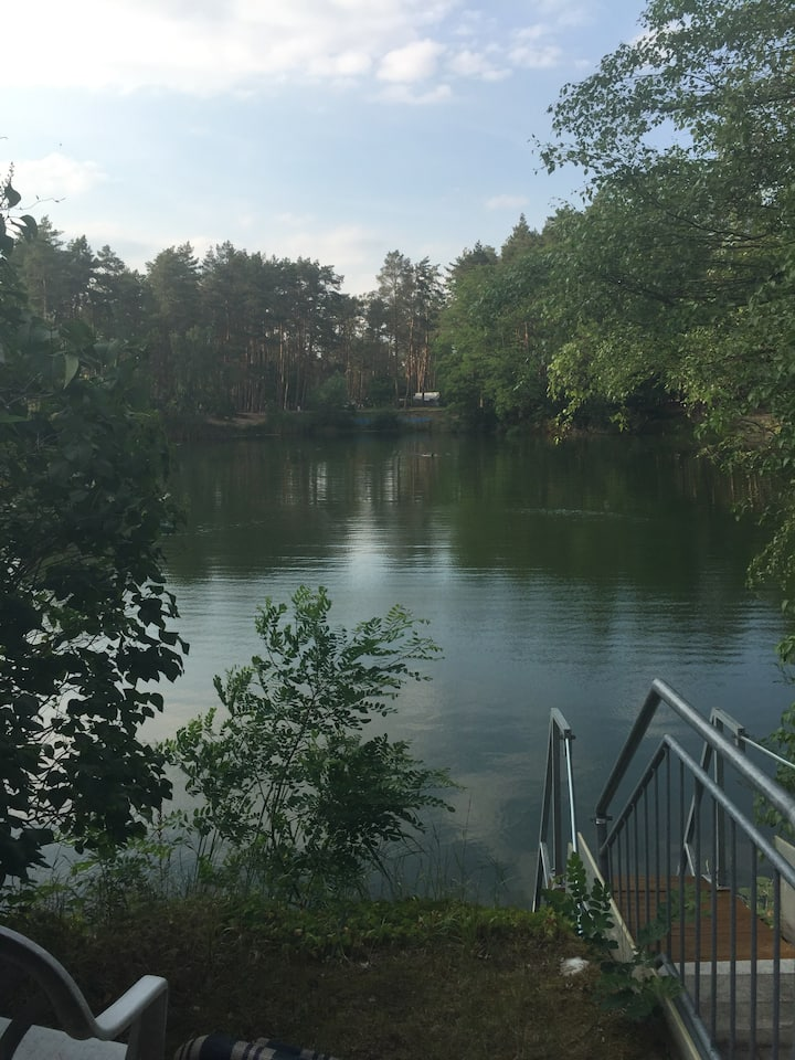 Sommerbungalow im Wald am See