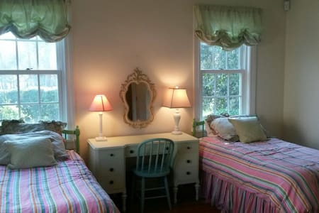 Eclectic room in historic district, close to town. - Aiken - Hus