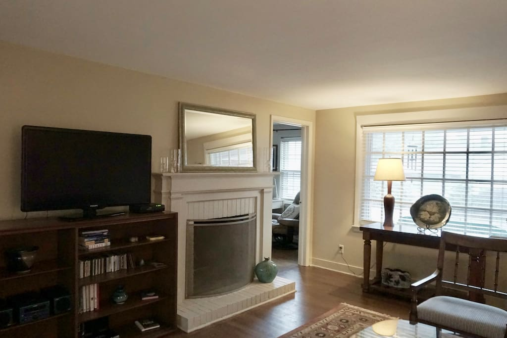 Living room with fireplace, flat screen TV