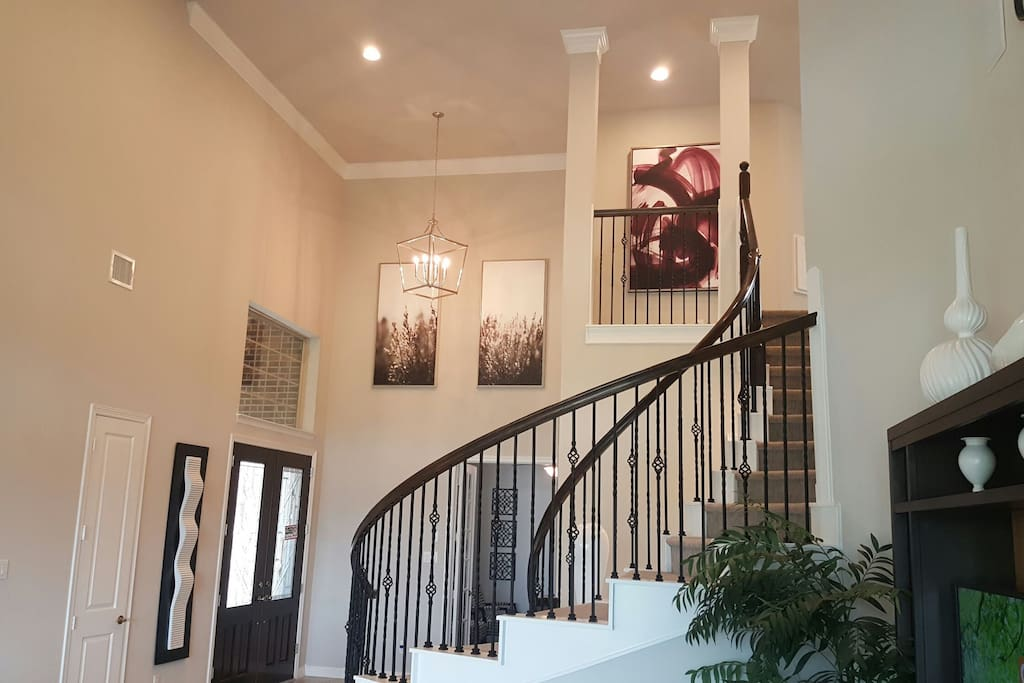 Luxurious 2 story modern home 30 minutes from downtown and Reliant Stadium