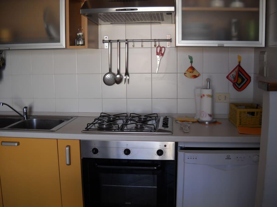Ripiano della cucina con lavastoviglie
