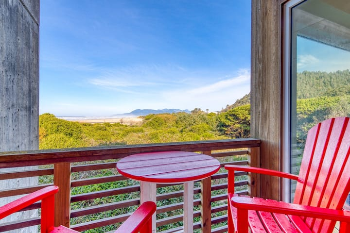Oceanfront condo w/ two balconies, lovely views & shared hot tubs - dogs OK!