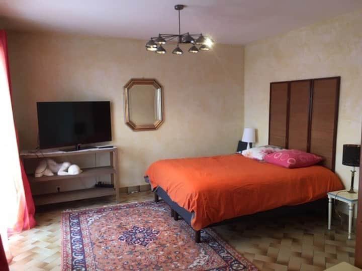 Grand et calme logement indépendant avec terrasse