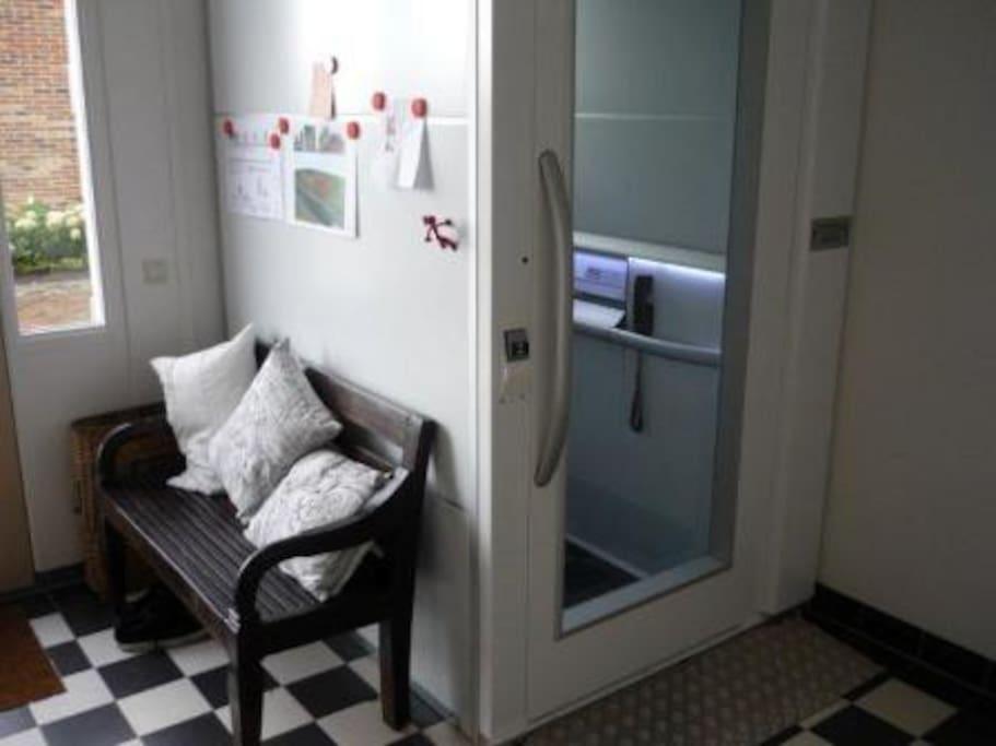 deze lift brengt je naar de eerste etage waar slaap-, badkamer en vide zich bevinden