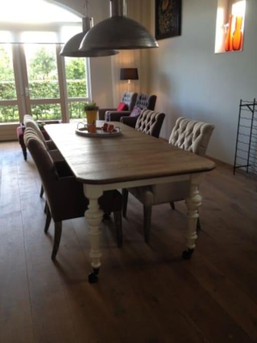eetkamer met ruime tafel die onderrijdbaar is