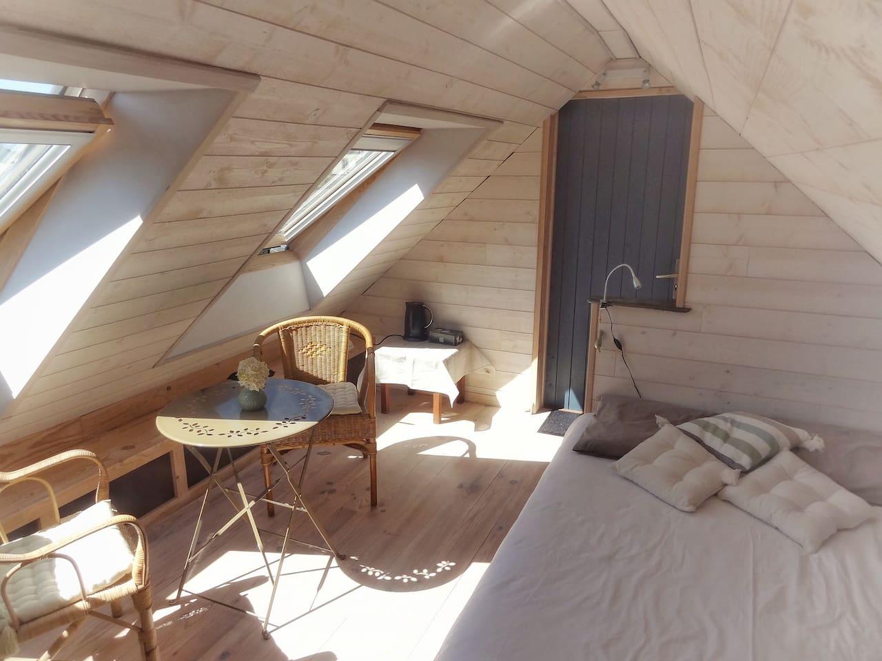 Un lit et un petit coin détente...