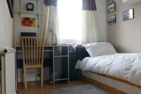 Central Harrow, bright, clean, comfortable room - ハロウ