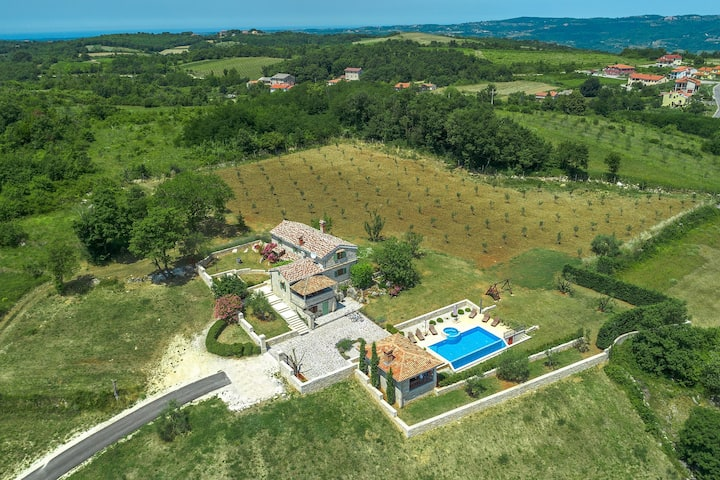 Country house with pool in stunning location