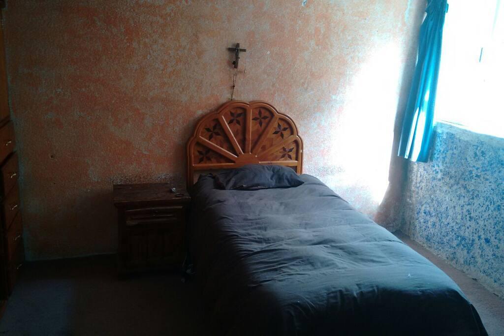 Cuarto limpio y comodo con ventilación sin ruidos, sin molestias, ideal para un buen descanso