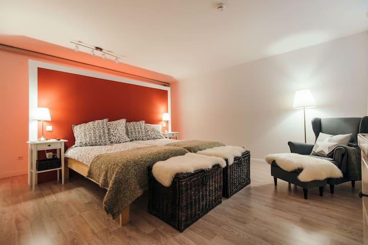 Stilvolles Zimmer mit Privatspähre eigenes kl. Bad - Landsberg am Lech - Бунгало