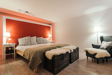 Stilvolles Zimmer mit Privatspähre eigenes kl. Bad - Landsberg am Lech - Bungalou