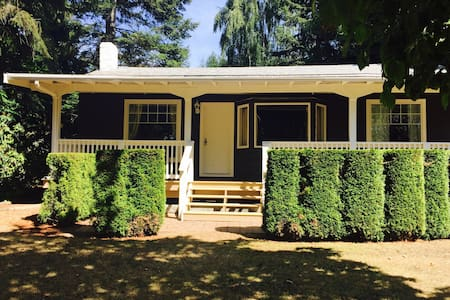 The Retreat Cottage located on a waterfront estate - Nanoose Bay