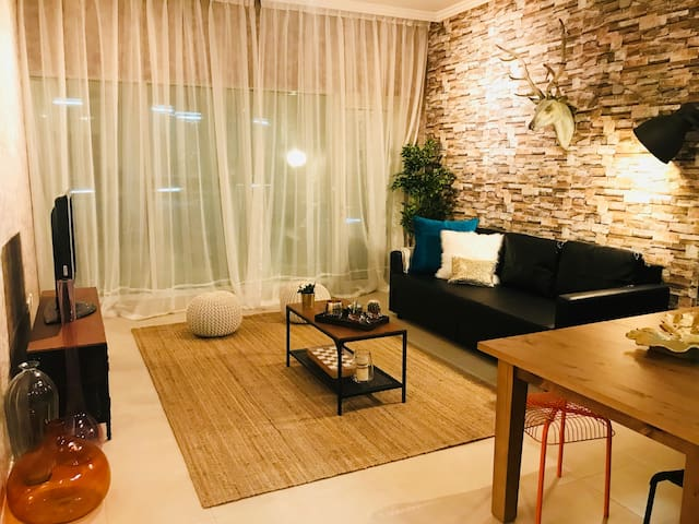 Warm and cosy one bedroom in the heart of Downtown