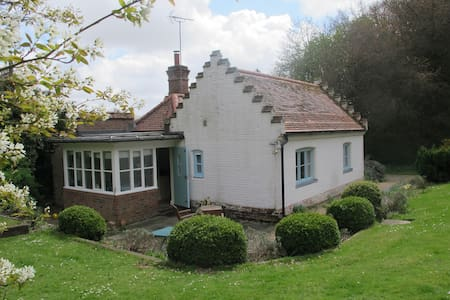 Lodge Cottage, woodland setting, Norwich 5 miles