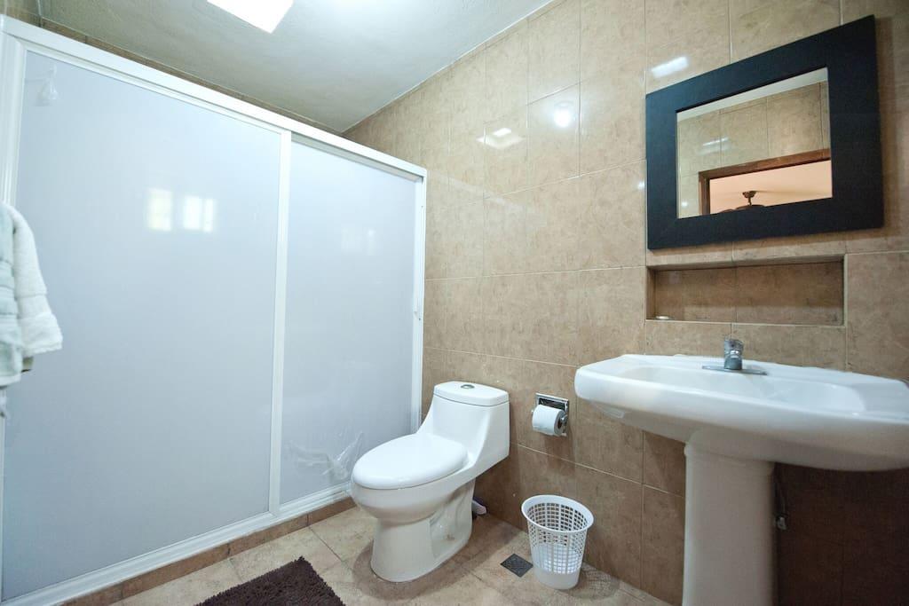baño recien remodelado muy amplio y bonito