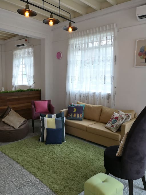 Spacious and comfortable  living room. 寬倘舒適的客廳。