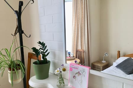 Windmill Hill- spacious, sunny, comfortable room