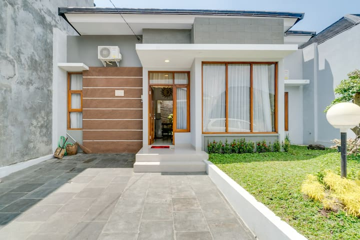 Tranquil Comfy House in Yogya Culture City