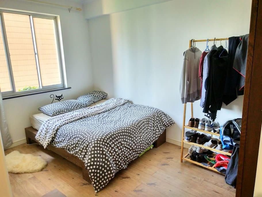 Chambre lumineuse et propre