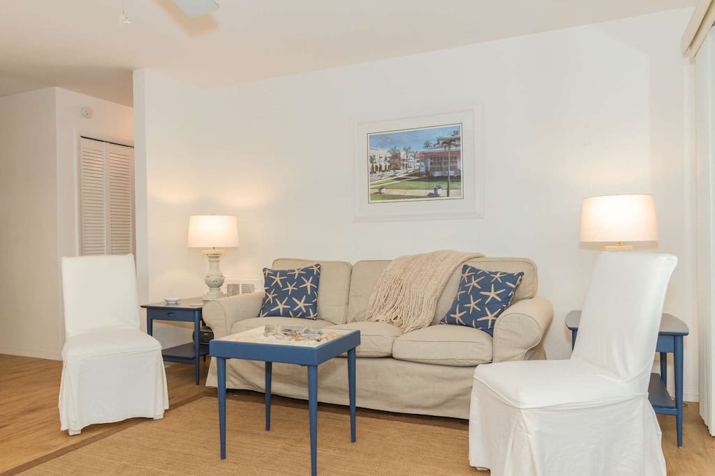 Clean and comfortable, lightly decorated with beach cottage motif