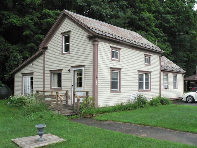 Cozy Shushan NY Cottage