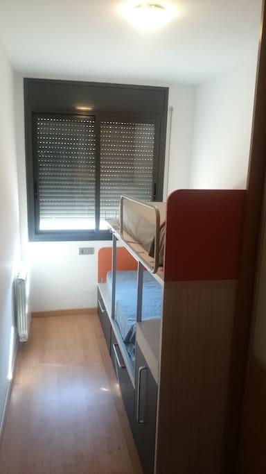 Habitación con litera, dos camas