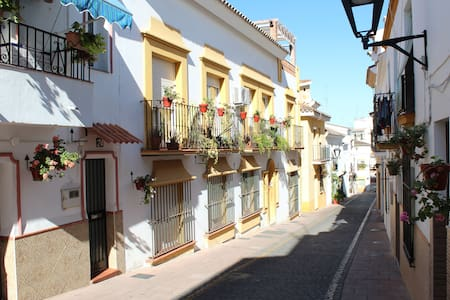 6 Bed Beautiful Townhouse Apartment, Estepona Town - Estepona - Apartament