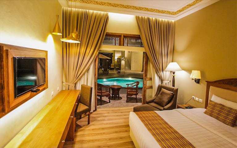 Premiere King  Bed Room (1)