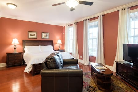 The Red Suite! Private/Wetbar/Bath/5 min to DT! - Nashville - Casa