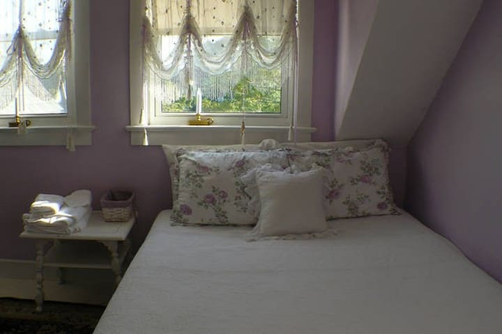Cozy Guest Room - Queen and Twin