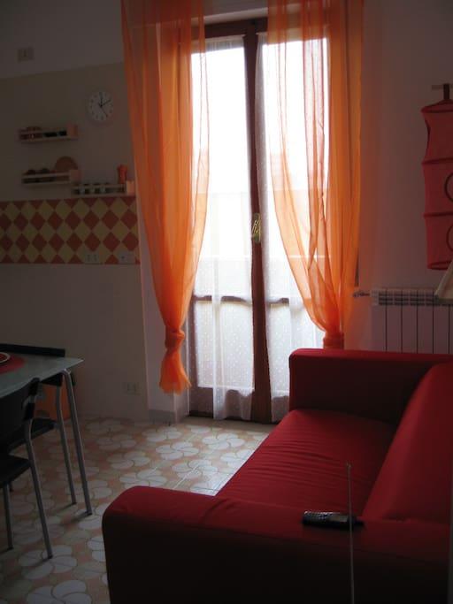 Cucina soggiorno lato divano e balconcino, è un piano rialzato nel Condominio