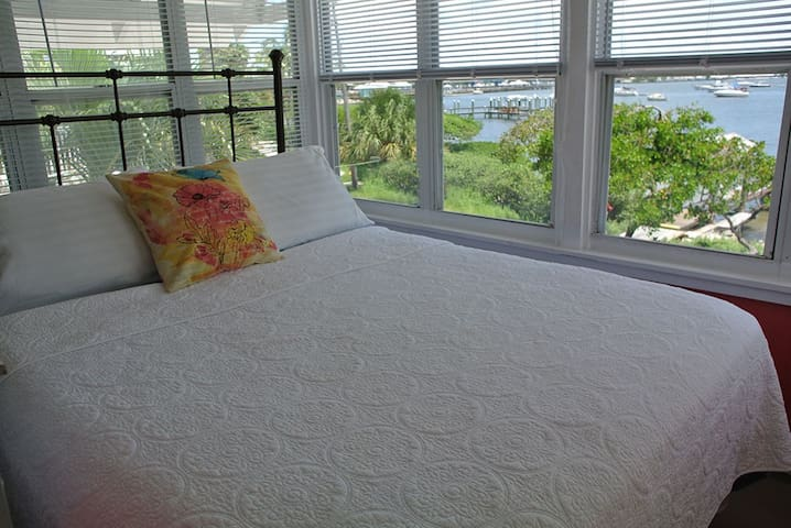 A Charming Bungalow on the bay. - Bradenton Beach - Appartement