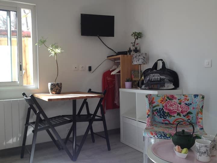 Petit studio bien agencé, proche Hotel de ville