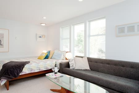 Stone's Throw Coach House Studio - White Rock - House