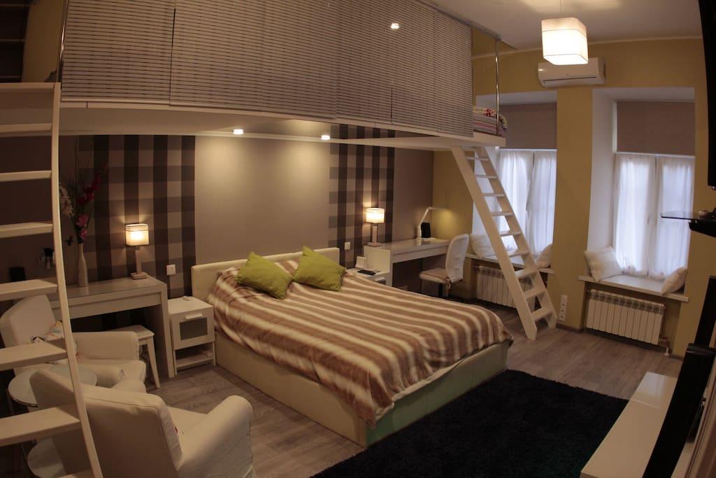 Спальня двух уровневая! На втором этаже два двухместных спальных места (для 4-х человек). Каждое место оборудовано своим ЖК телевизором!